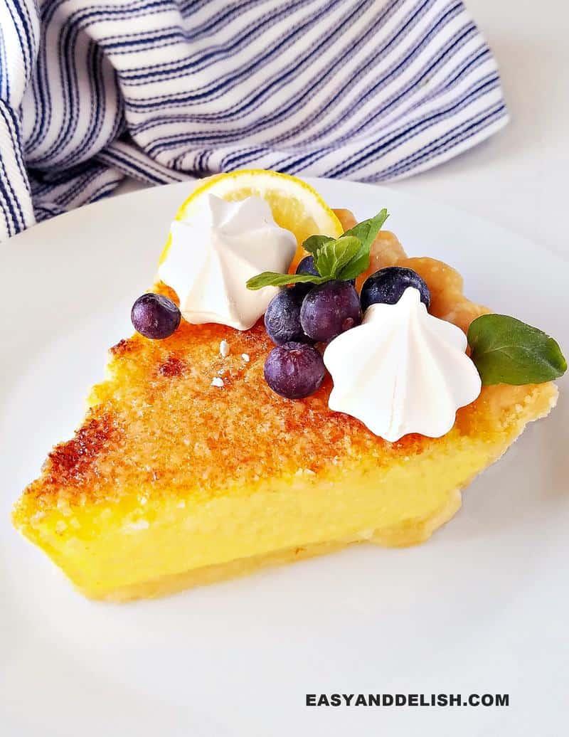 uma fatia de torta de limão fácil