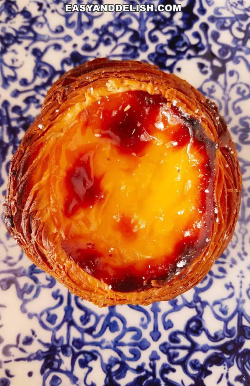 close up de um pastel de belém