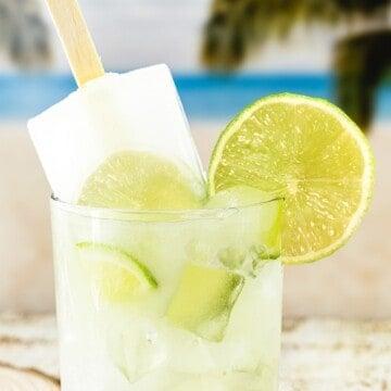 um copo de limonada suíça com um picolé