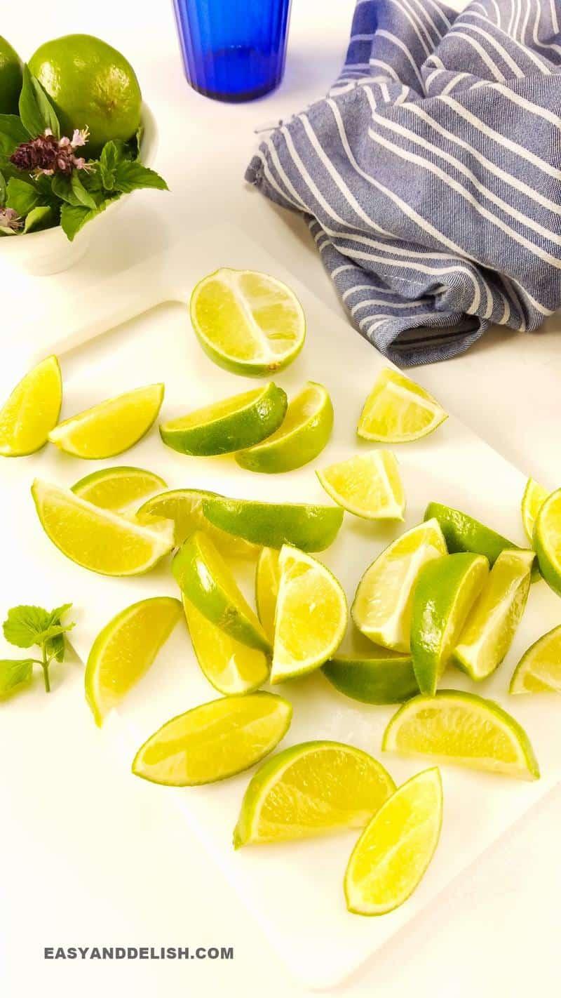 bandinhas de limão sobre uma tábua