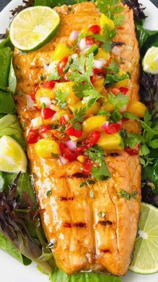 filé inteiro de salmão grelhado com salsa tropical ou molho para peixe