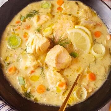 close up de sopa de peixe numa tigela