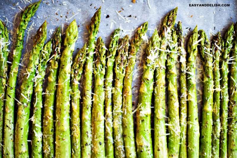 receita de como fazer aspargos mostrando eles temperados em uma assadeira
