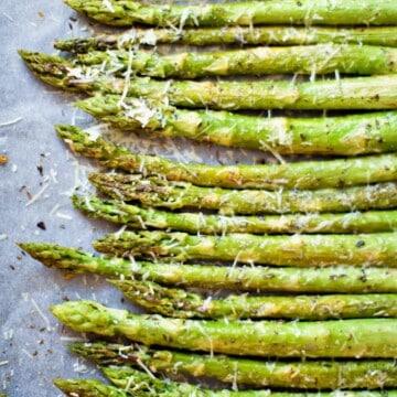 aspargos fritos em uma assadeira