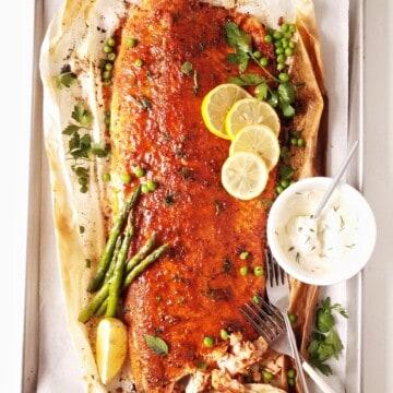 salmão assado no forno com molho ao ladoo