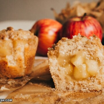 bolinhos de maçã inteiros e partido ao meio mostrando o recheio