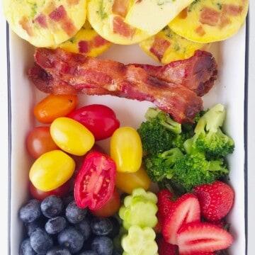 muffins salgados em uma marmita com frutas e legumes